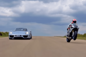 video: porsche 918 vs. yamaha r1
